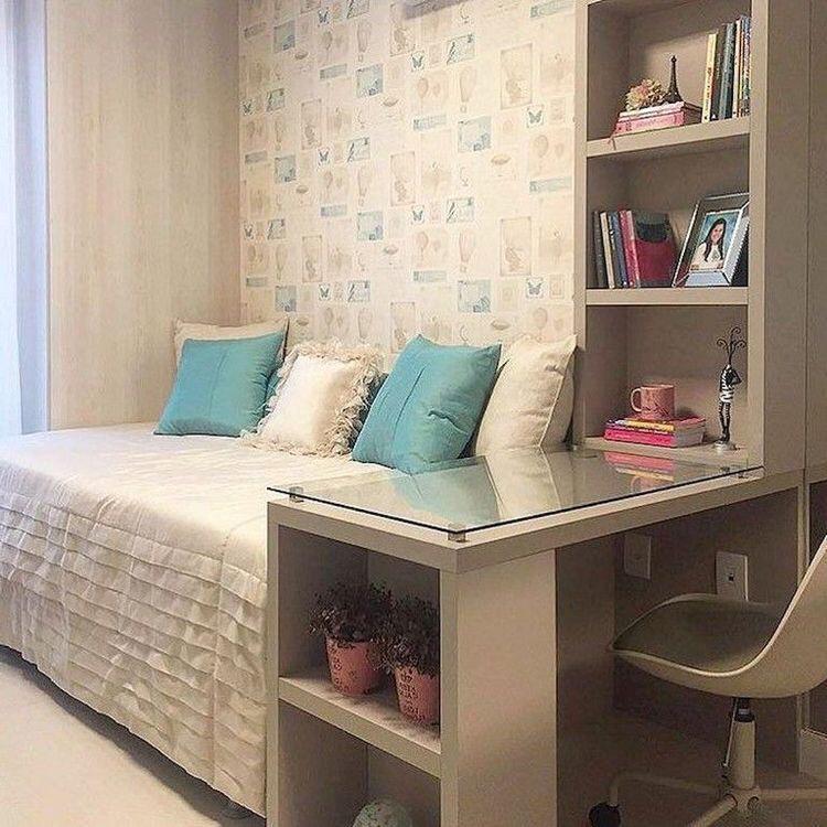 Inspire-se nessa decoração com papel de parede e nichos embutido com escrivaninha, cama de solteiro, e cadeira nude.