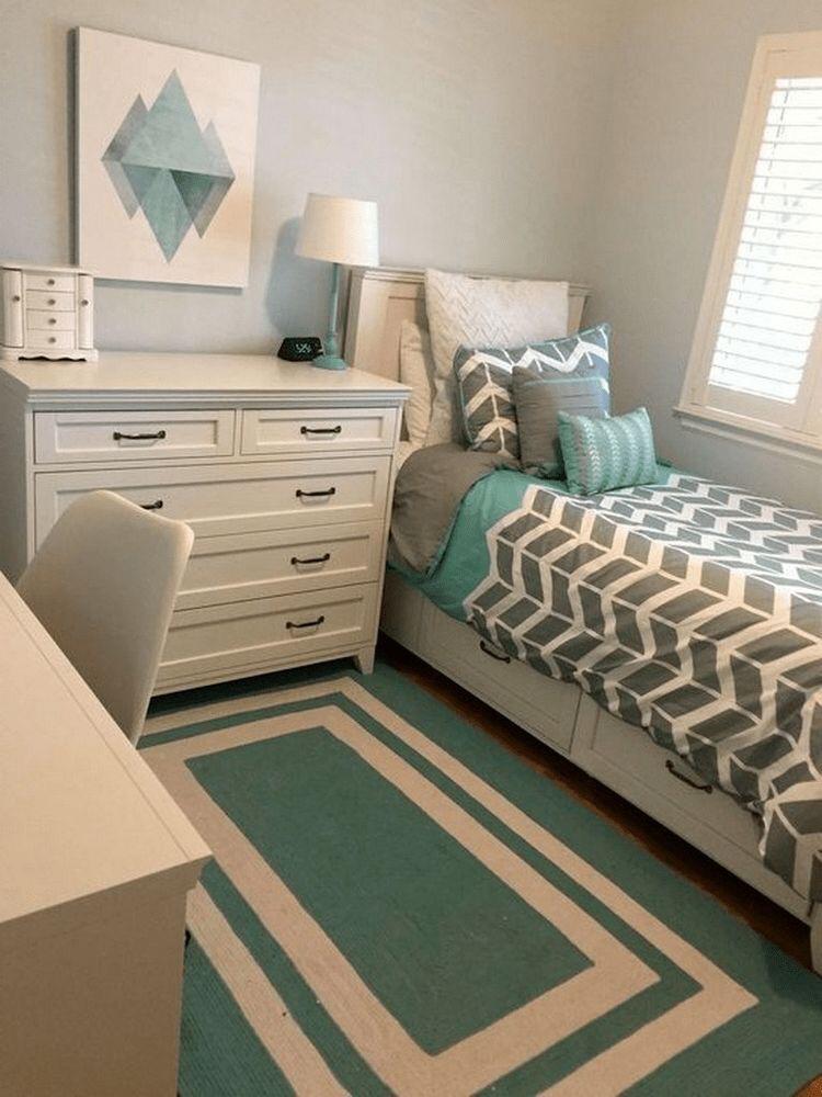 Quarto com decoração azul e cinza, móveis brancas, e paredes azul claro.