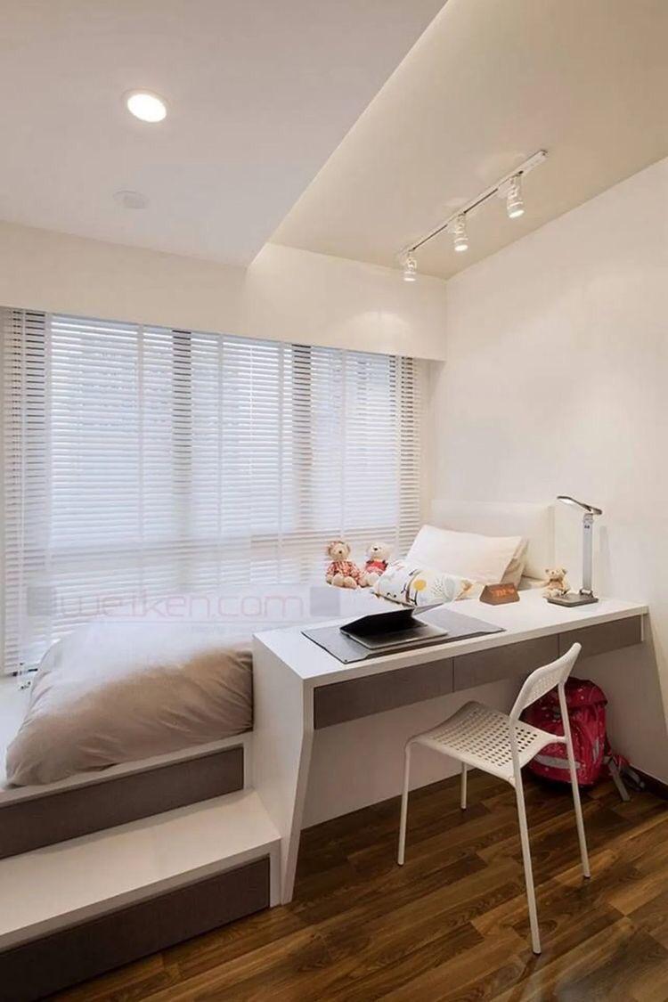Cama de solteiro com escrivaninha embutida branco e cinza e piso de madeira.