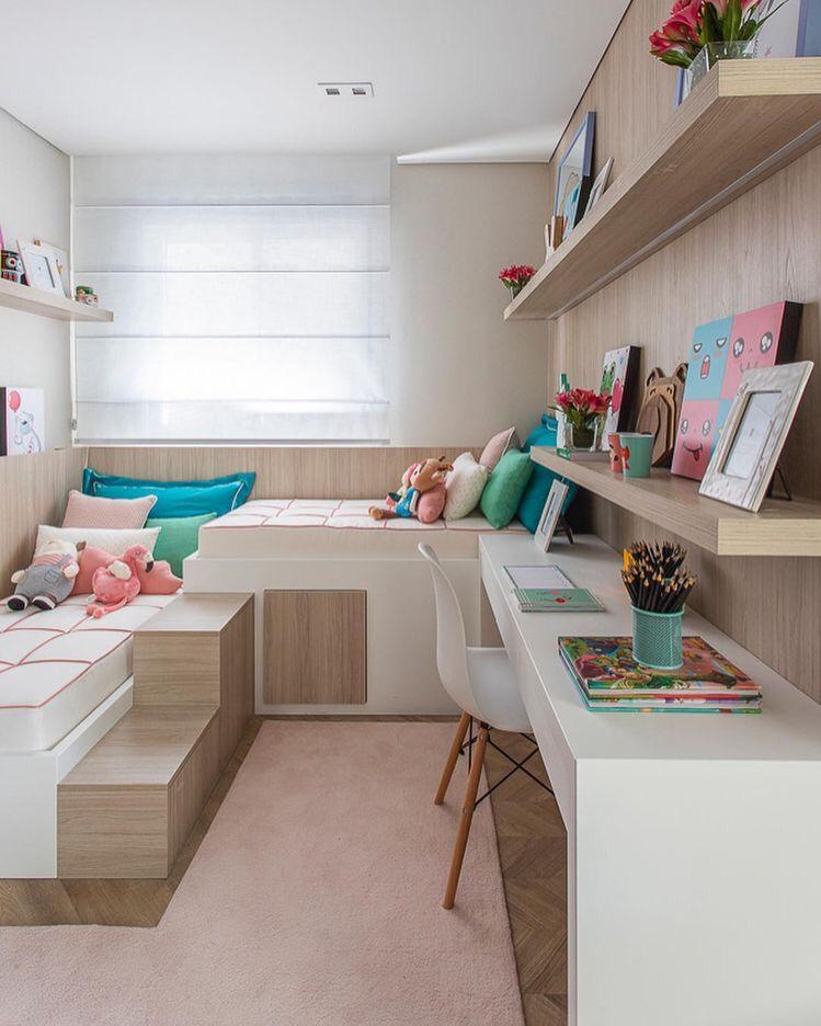 decoração para quartos pequenos de gêmeas com tons de rosa, móveis amadeirados e brancos.