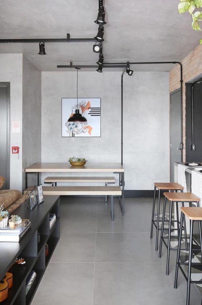 Apartamento estilo industrial, todo revestido de cimento queimado, banquetas pretas com detalhes em madeira