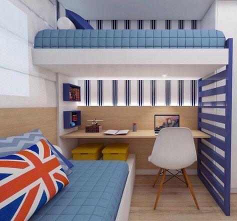quarto pequeno para dois meninos e decoração azul, piso amadeirado, escrivaninha amadeirada e cadeira branca.