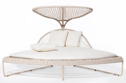 Cadeira de descanso branca com almofadas.