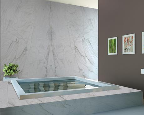 Banheira spa com revestimento de quartzito.