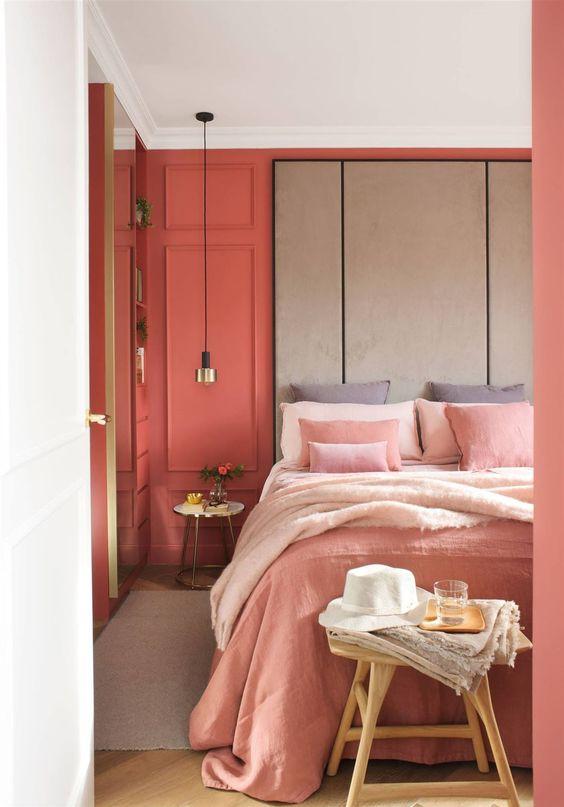 Quarto com Boiserie na cabeceira com tinta colorida, coral, laranja,