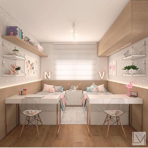 quarto pequeno para meninas gêmeas com cama e escrivaninha