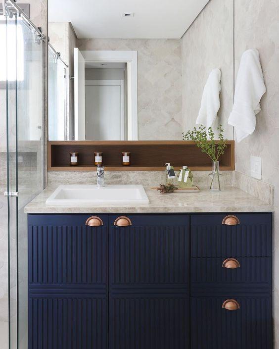 Banheiro com armário, plantas na decoração, detalhes de madeira, cuba de sobrepor branca