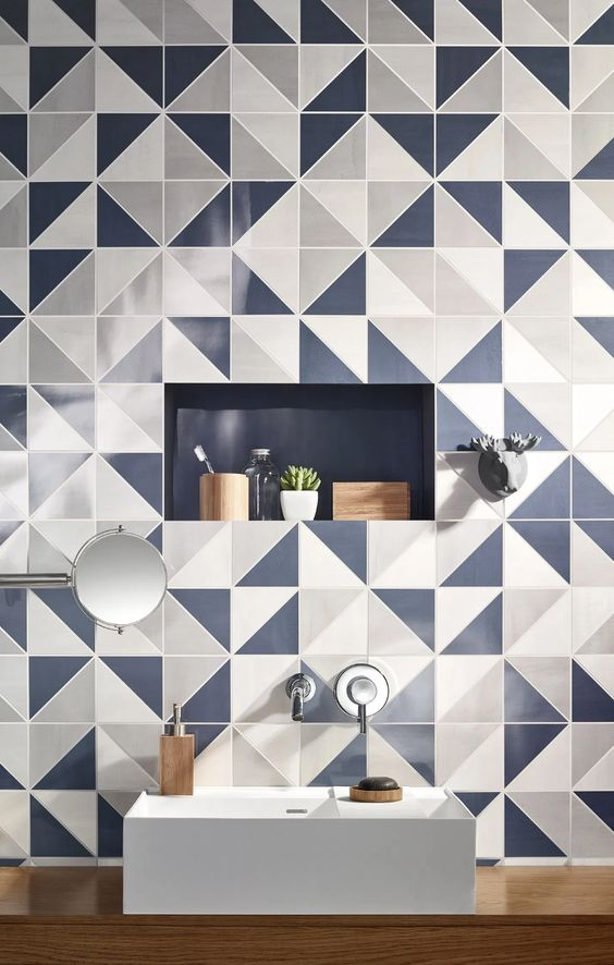 Banheiro com azulejo degrade, bancada de madeira e cuba de apoio branca