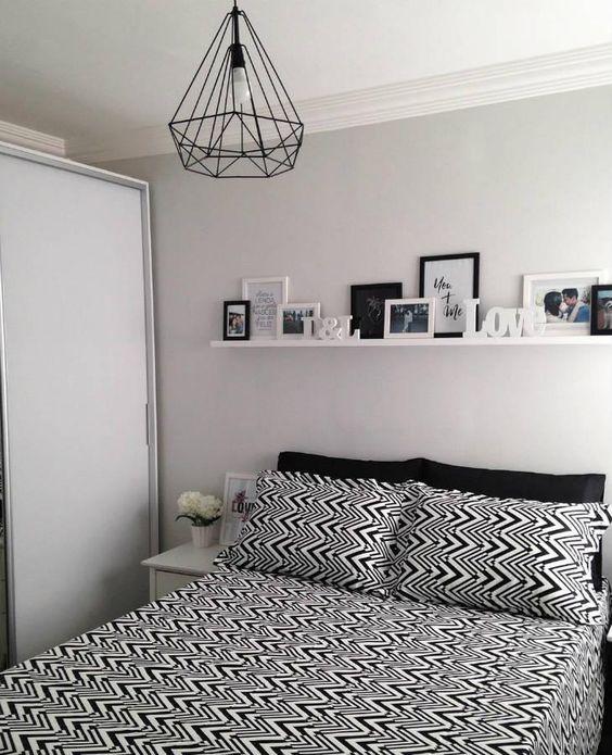 quarto de casal pequeno e com decoração clean e cores neutras