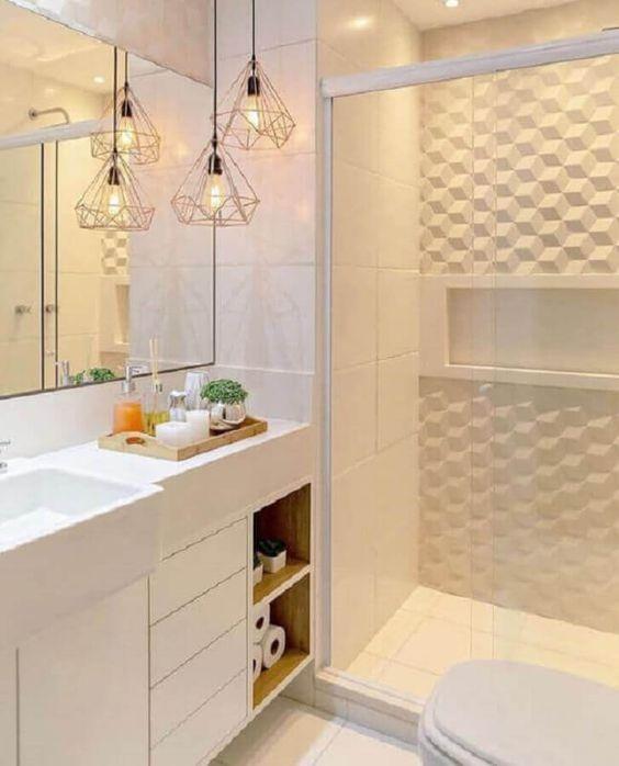 Banheiro com decoração branca, revestimentos 3D no box, gabinete, pia e acessórios de banheiro.