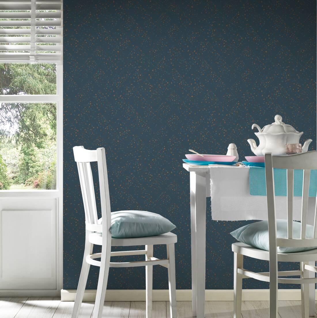 Ambiente com mesa de cozinha e cadeiras e papel de parede azul representando granilite.
