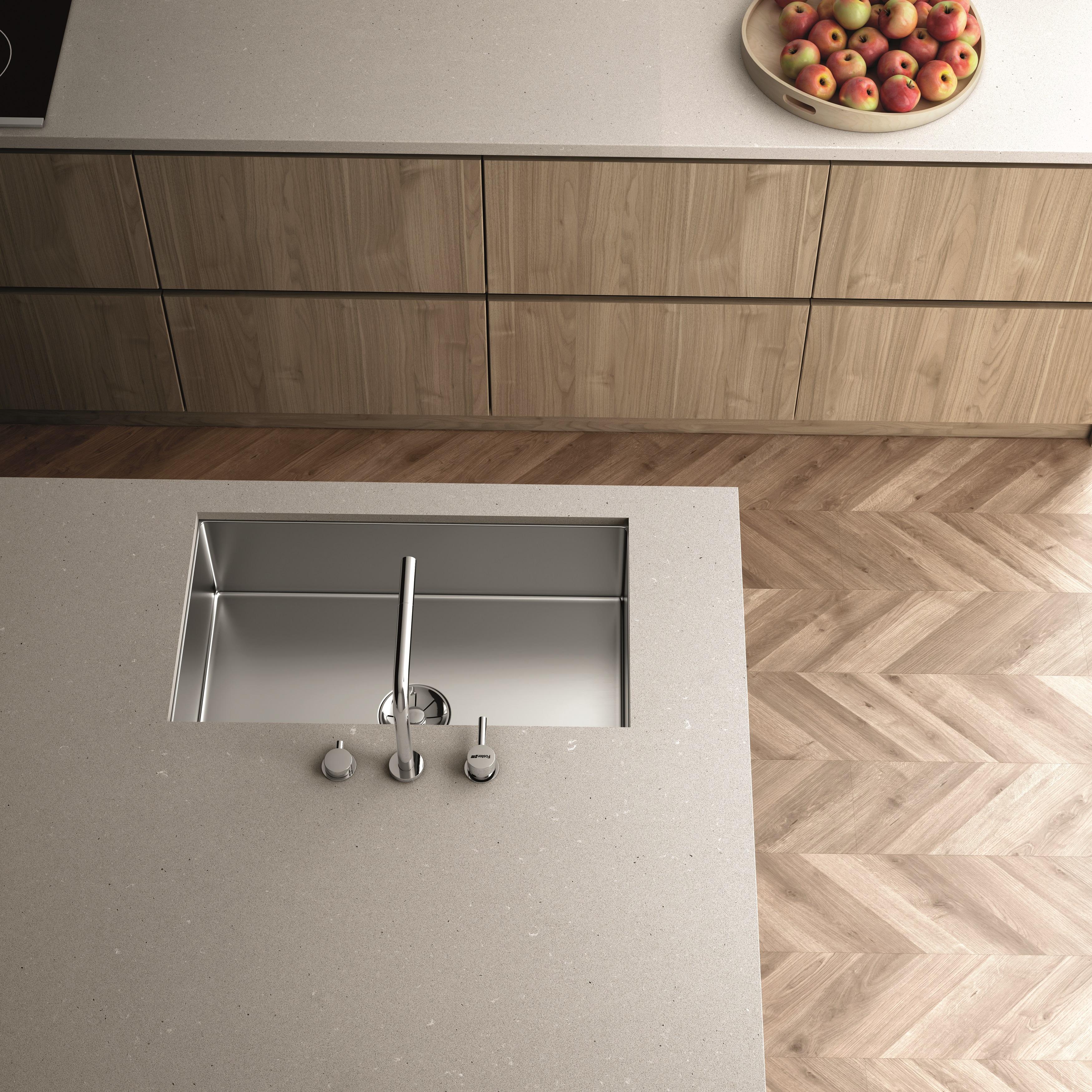 cozinha com armário e piso amadeirado, superfície da pia Silestone® Camden na cor cinza suave