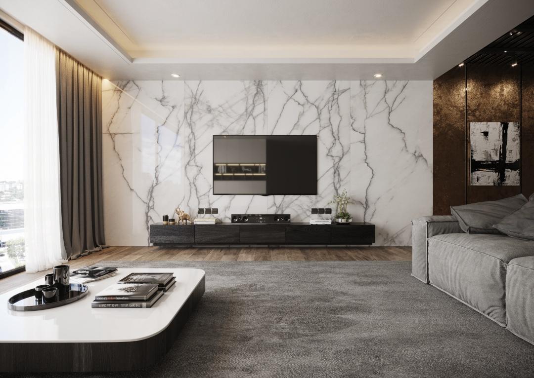 Sala com painel de porcelanato superformato, piso amadeirado, sofá cinza, mesa de centro retangular e rack preta.