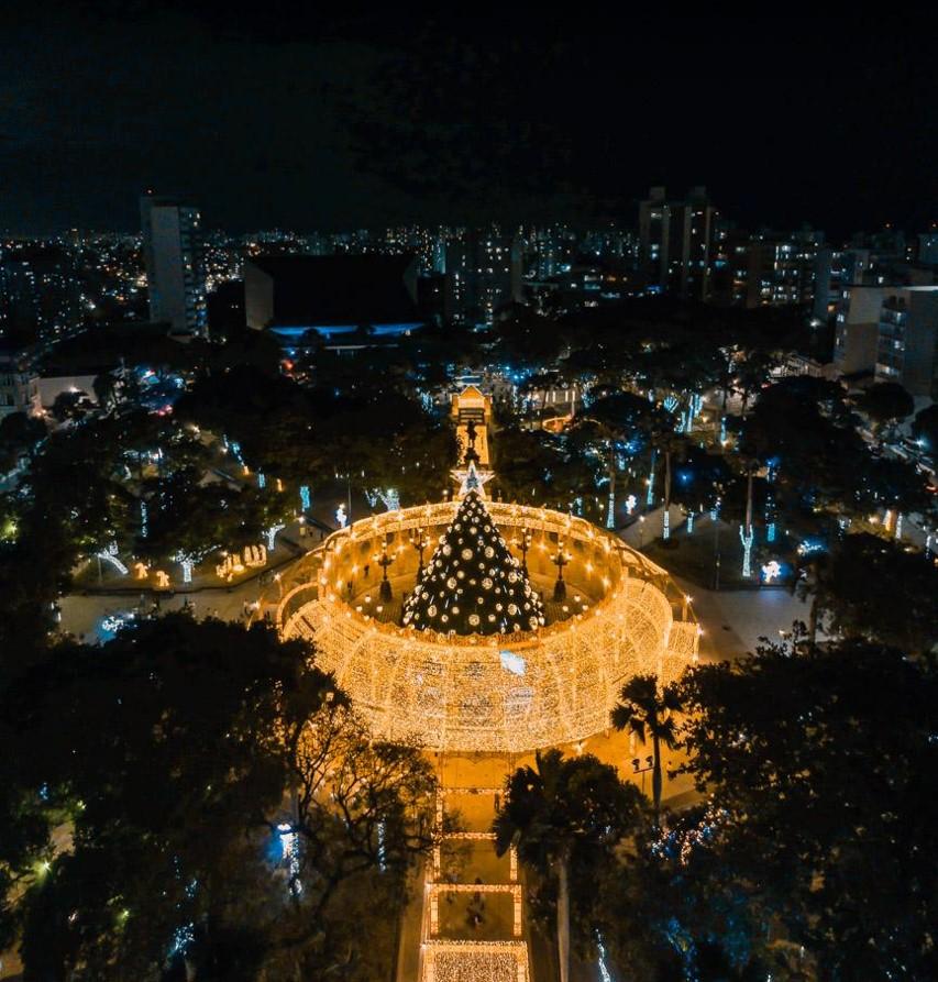 Vista área da praça do Campo Grande com decoração natalina