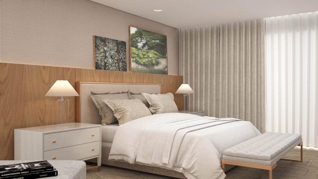 Quarto de casal com móveis em tons neutros, cabeceira de madeira na largura da parede, puff no pé da cama, cortina longa cinza e quadros deocrativos.