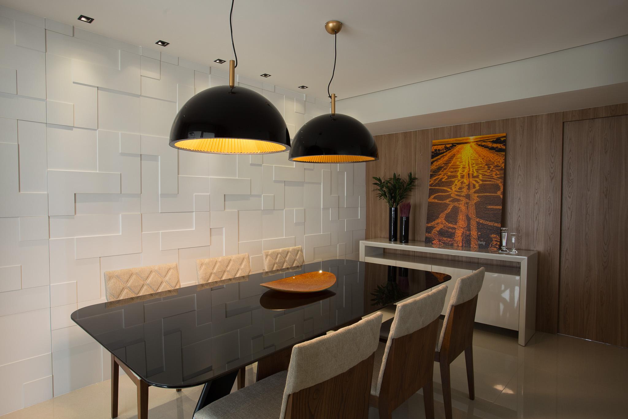 Sala de jantar com parede principal de revestimento cimentício 3D, parede lateral com revestimento de madeira, mesa de 6 lugares preta e cadeiras de madeira com estofado branco.