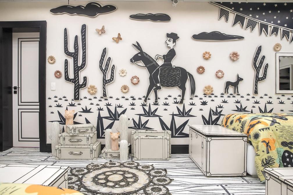 Hall de entrada do quarto com desenhos em 3D na parede.