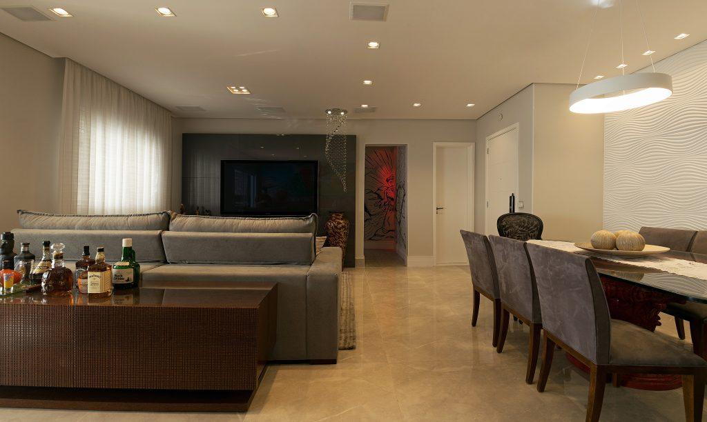 PB Arquitetura, - Vista de costa da sala de estar integrada com sala de jantar com detalhes do projeto da PB Arquitetura. Ao fundo, destaque para graffiti de Fernando Reche com a figura de São Francisco de Assis