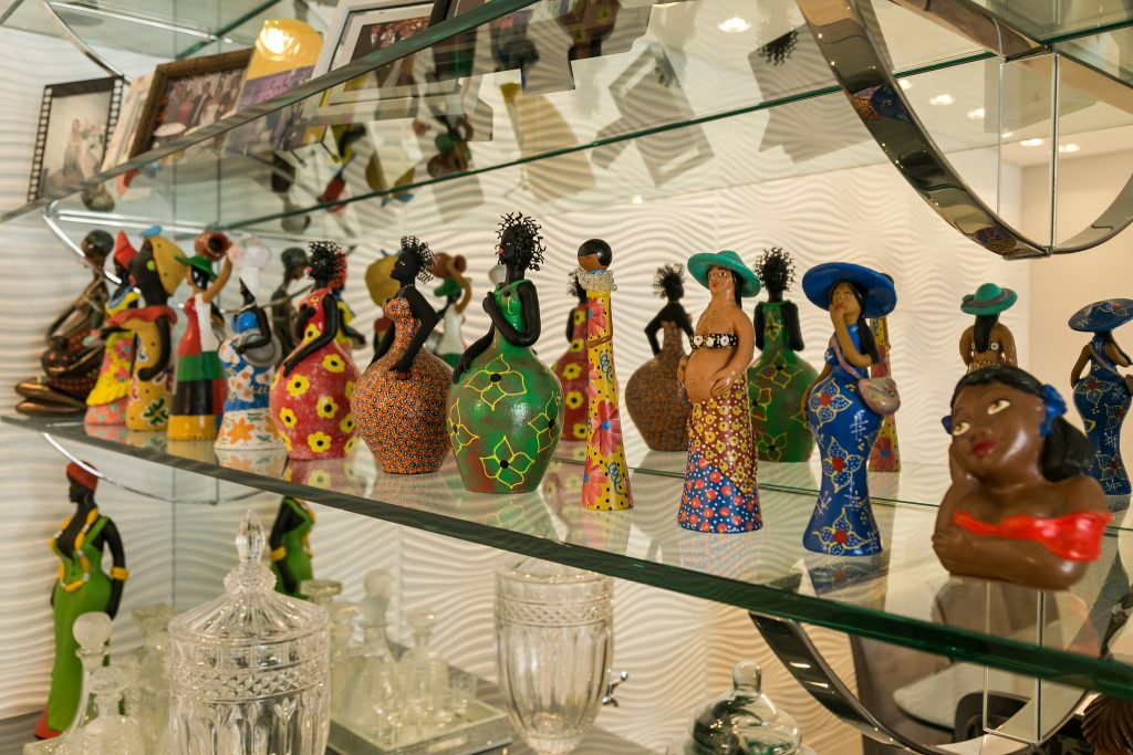 Coleção de artesanatos regionais de baianas
