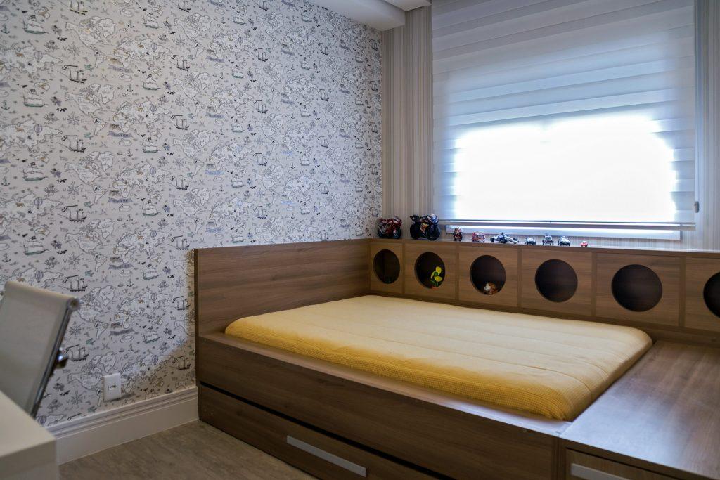 Quarto de hóspedes com bicama de madeira, janela com persiana e papel de parede personalizado preto e branco na parede lateral