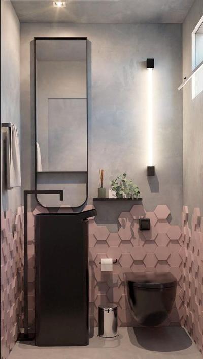 Banheiro com revestimento hexagonal 3D rose na parte inferior da parede e demais parede em cimento queimado, pia, torneira, vaso sanitário e acessórios pretos.