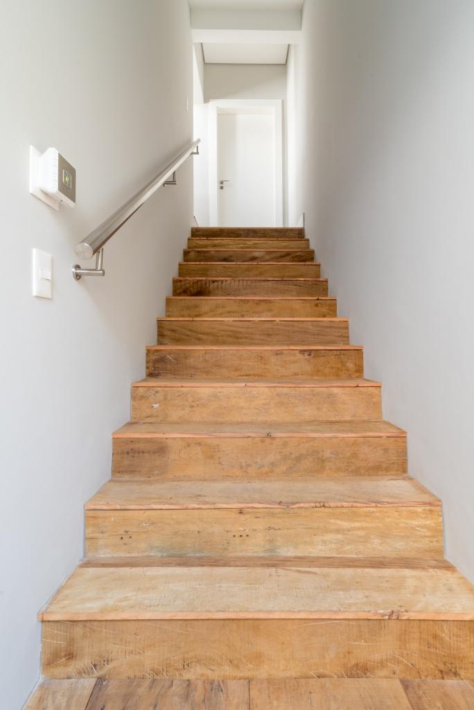 escada com degraus feito de madeira de demolição