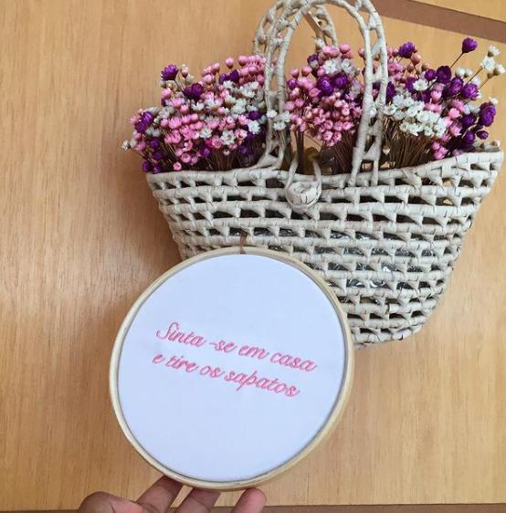 Bordado com frase afetiva e cesta com flores